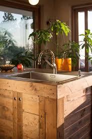 cuisine en palette bois îlot central en palette bar et tabourets à faire soi même