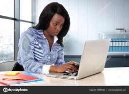 femme de bureau femme de l ethnie assis à l ordinateur de bureau ordinateur