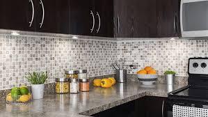 installer un comptoir de cuisine installer le dosseret de cuisine tuiles de vinyle ou céramique