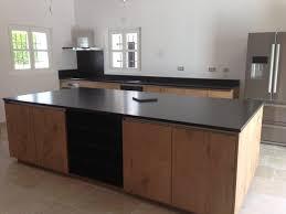 cuisine granit noir plan de cuisine en granit noir avec ilot vaucluse avignon
