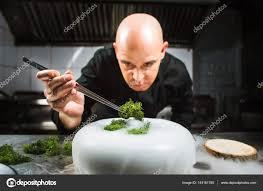 cuisine azote liquide chef est concentrée sur la préparation moderne plat moléculaire avec