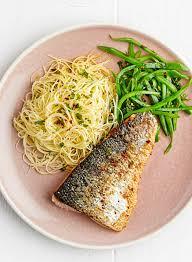 cuisiner un filet de saumon filet de saumon poêlé vermicelles de riz aux herbes haricots à