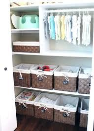 aménager la chambre de bébé amenager chambre bebe des paniers de rangement en osier pour