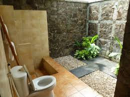 easy outside bathroom design idea with beige tiles and stone wall in