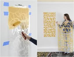 schablone wandgestaltung muster an der wand mit farbe und schablone schnell erstellen diy