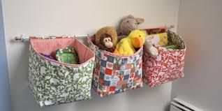 rangement mural chambre bébé paniers de rangement suspendus dans une chambre d enfant zinezoé