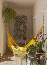 h ngematte auf balkon hängematte ohne gestell gelbe farbe gartenmöbel wunderschöne