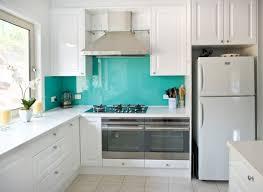 küche wandgestaltung glas spritzschutz türkis weiße schränke - Küche Türkis
