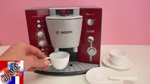 cuisine bosch enfant prendre un café avec des invités particuliers kathi sert un