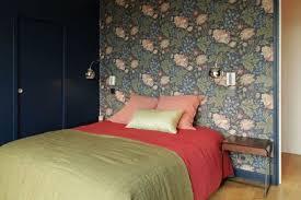 chambre avec papier peint mettre de la couleur dans une chambre d adulte côté maison