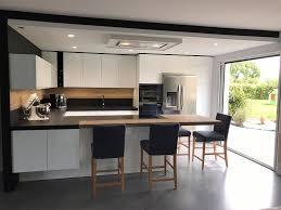 hotte industrielle cuisine une cuisine design fenix noir avec verrière
