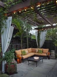 pergola balkon garten ecksofa holzzaun säulen kletterpflanzen vorhänge balkon