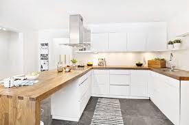 cuisine blanche et plan de travail bois idées d aménagement d intérieur en bois mobilier et accessoires