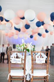 decoration table mariage theme voyage bleu marine et rose des couleurs punchy pour mon mariage