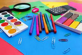 papeterie de bureau objets de papeterie fournitures de bureau d école et sur le fond du