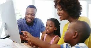 famille bureau famille à l aide d ordinateur de bureau vidéo wavebreakmedia