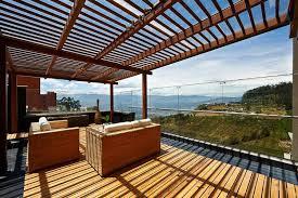 windschutz fã r balkone windschutz aus glas für große terrasse mit schönem ausblick