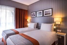 chambre supérieure rénovée avec deux lits séparés photo de mercure