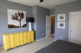 chambre grise jaune dans chambre grise
