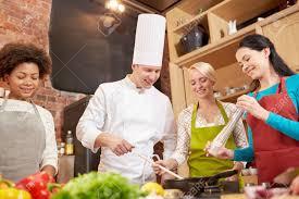 cours de cuisine en groupe cours de cuisine culinaire nourriture et les gens notion heureux