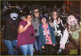halloween horror nights 2015 tickets luke evans u0026 zoe saldana check out the frights at universal u0027s
