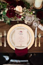 Table Setting Chargers - 4 timeless color combos for winter weddings weddingomania