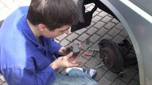 nissan micra quietscht beim fahren bremsen machen bremsbeläge wechseln vw transporter youtube