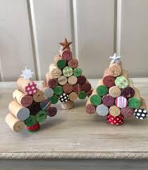 wine cork christmas trees van twochicksandnana op etsy kerst