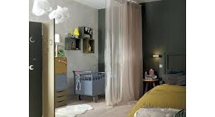 rideau chambre parents bebe dans chambre des parents diviser lespace avec un rideau bebe
