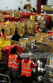 photos et images de post office processes final mail for xmas