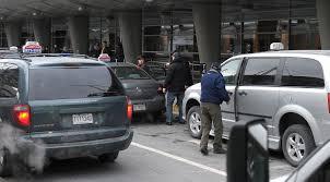 bureau des taxis huit chauffeurs de taxi poursuivent le bureau de taxi et l