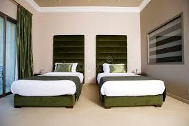 hotel de luxe avec dans la chambre chambre à coucher luxueuse d hôtel avec des balcons chambre à