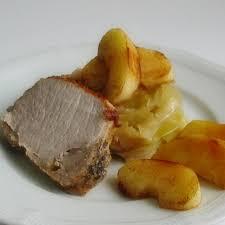cuisiner avec du gingembre rôti de porc au gingembre avec des pommes à la cannelle et du chou à
