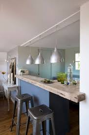 cuisine et salon dans la meme la cuisine s ouvre sur le salon avec un bar en bois brut