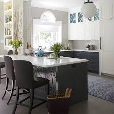 maison et cuisine tendance cuisines aux armoires contrastantes maison et demeure