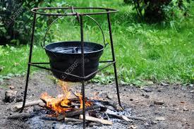 chaudron pour cuisiner goulash hongrois cuisson dans le chaudron de feu de c trépied