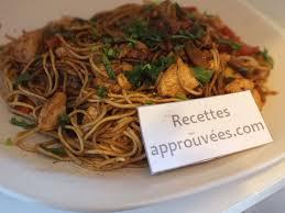 cuisiner des pates chinoises nouilles chinoises au poulet et ses légumes