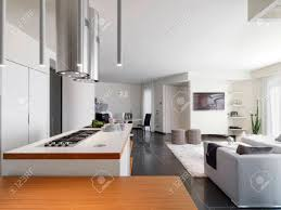 salon et cuisine moderne vue interne d une cuisine moderne donnant sur le salon et l entrée