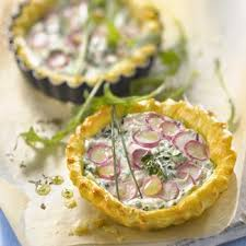 cuisiner les radis roses recette tartelette au fromage frais herbes et radis