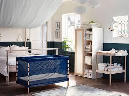 chambre parent bébé lit bébé à fines mailles bleu foncé dans une chambre de parents