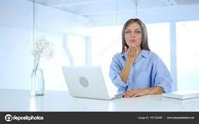 baise au bureau vol geste baiser de la femme au travail au bureau amour