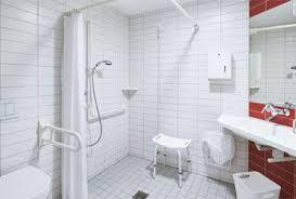 badezimmer behindertengerecht umbauen seniorengerechter badumbau pflege durch angehörige pflege durch