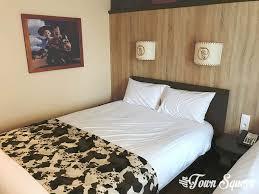 chambre hotel cheyenne disney s hotel cheyenne a warm texan welcome dlp town square