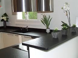 plaque granit cuisine plan de travail granit noir cuisine avec plaque cuisson en angle 9