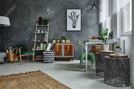 accessoires chambre chambre avec décoration murale en stuc gris et accessoires en métal