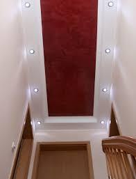 wandgestaltung treppenaufgang schmaler treppenaufgang mit deckengestaltung spachteltechnik