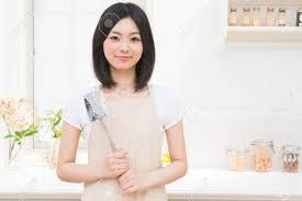 femme qui cuisine la femme qui cuisine dans la cuisine banque d images et photos