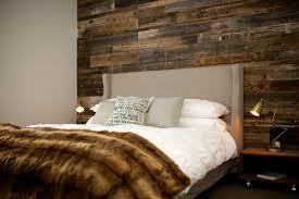 d orer chambre adulte mur en bois de grange pour une chambre à é chaleureuse et