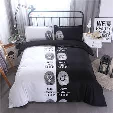 chambre pour amants côté côté noir et blanc couleur lit draps couette