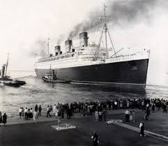 in this photo we see the rms queen elizabeth docking in new york